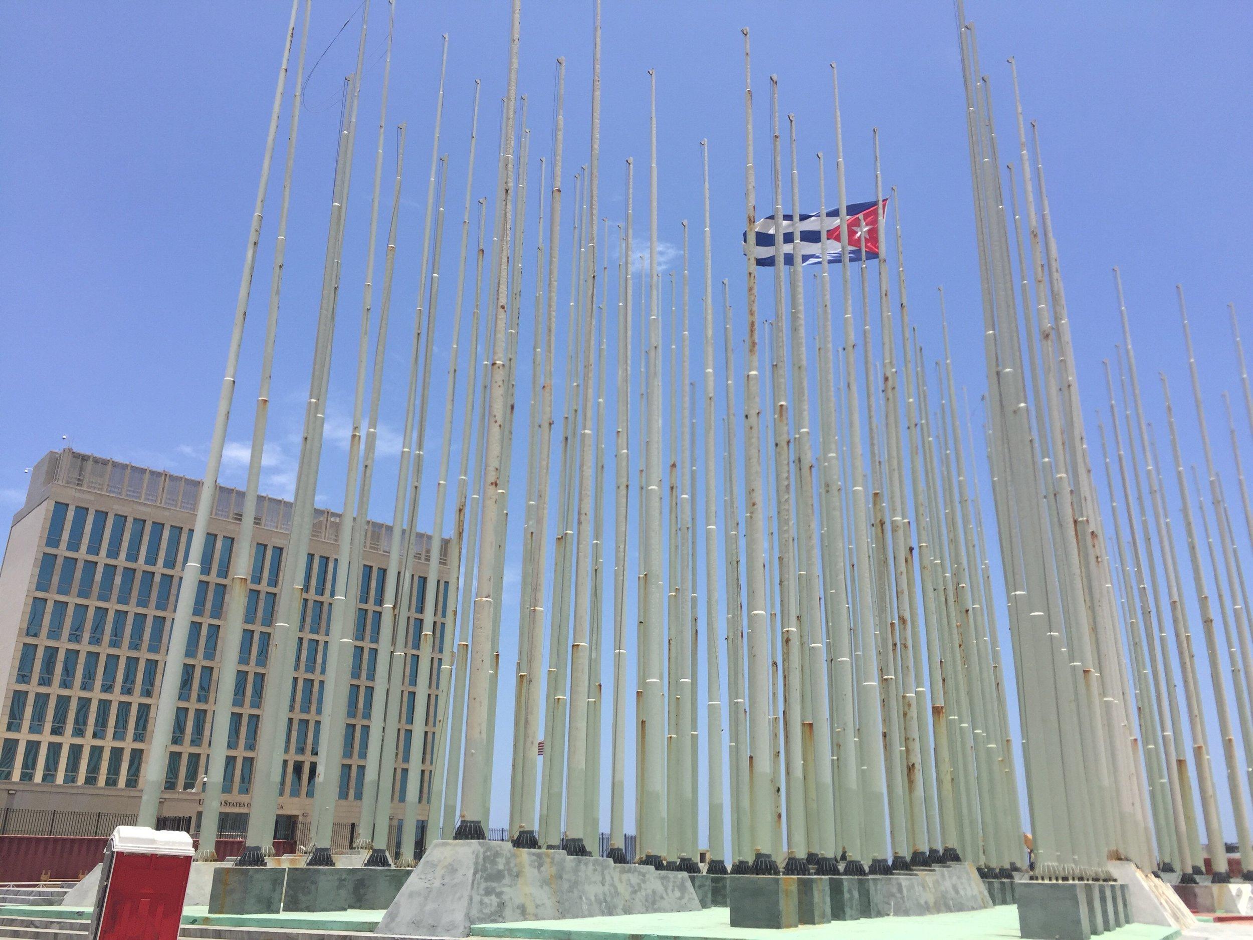 أعمدة الأعلام التي تم نصبها لتغطية مبنى السفارة بالكامل