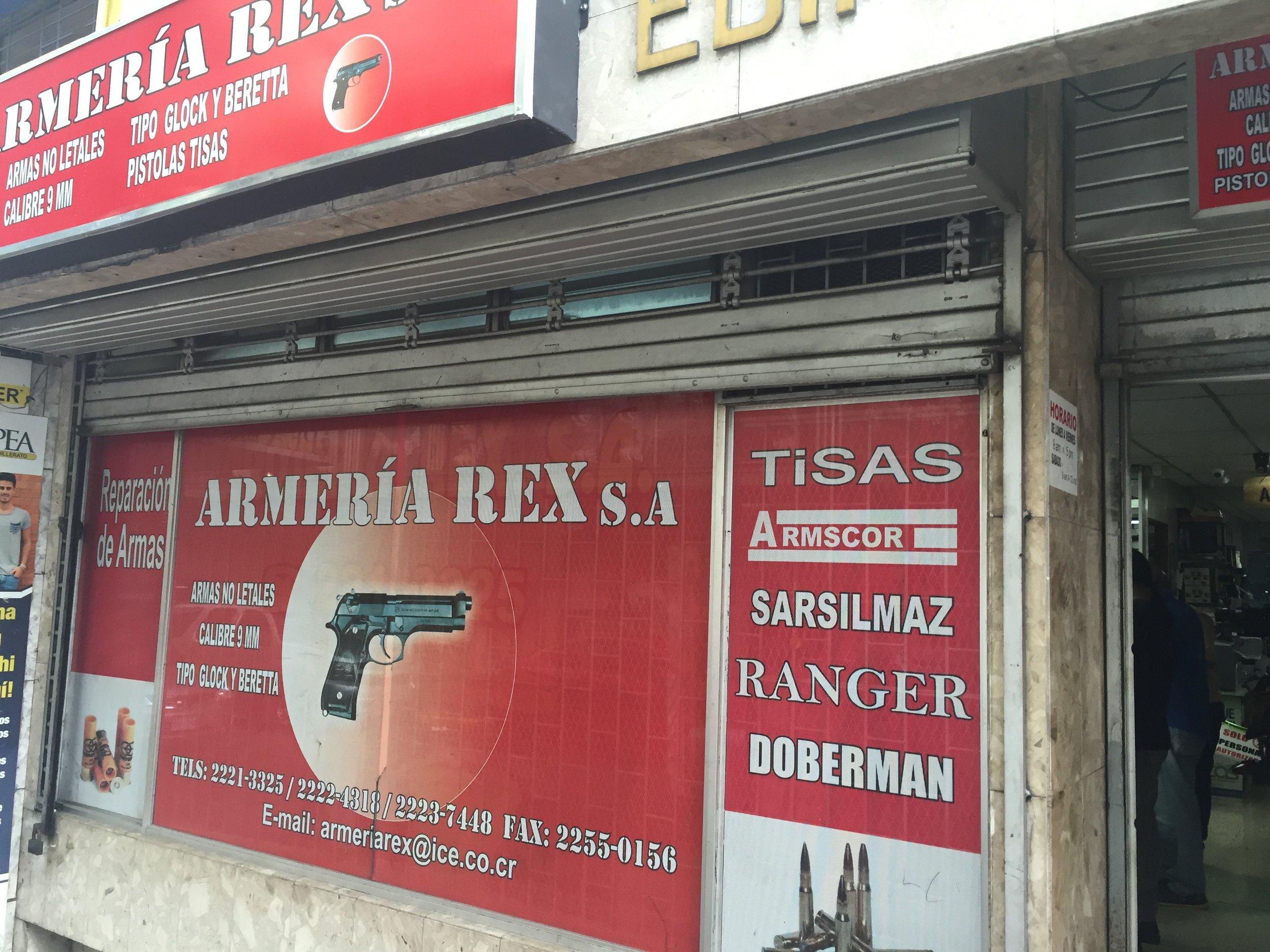 متجر لبيع الأسلحة من الخارج
