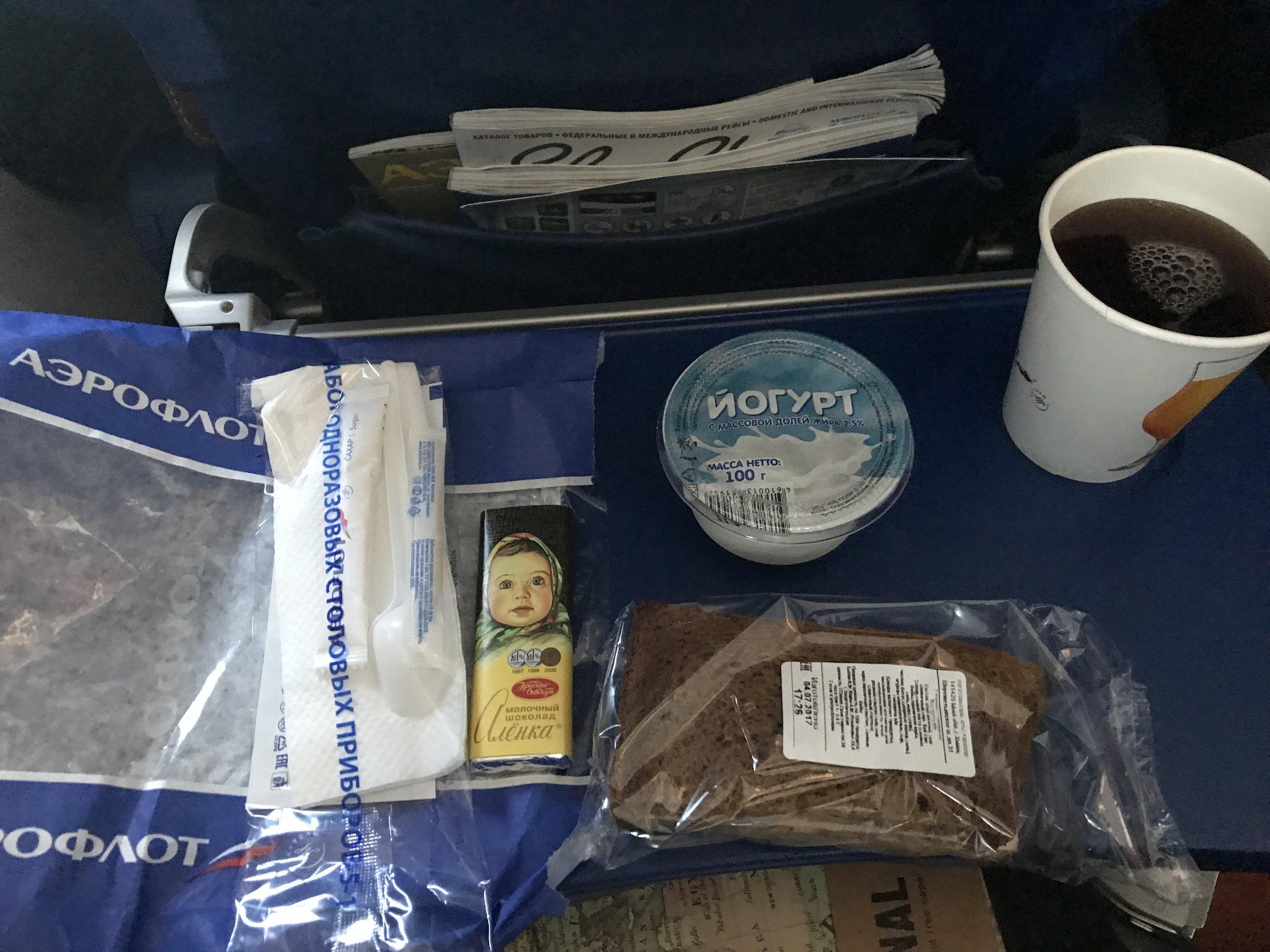 وجبة الطعام المقدمة في الطائرة، كلوب ساندويتش (بلحم الخنزيرللأسف) زبادي وشكولاته