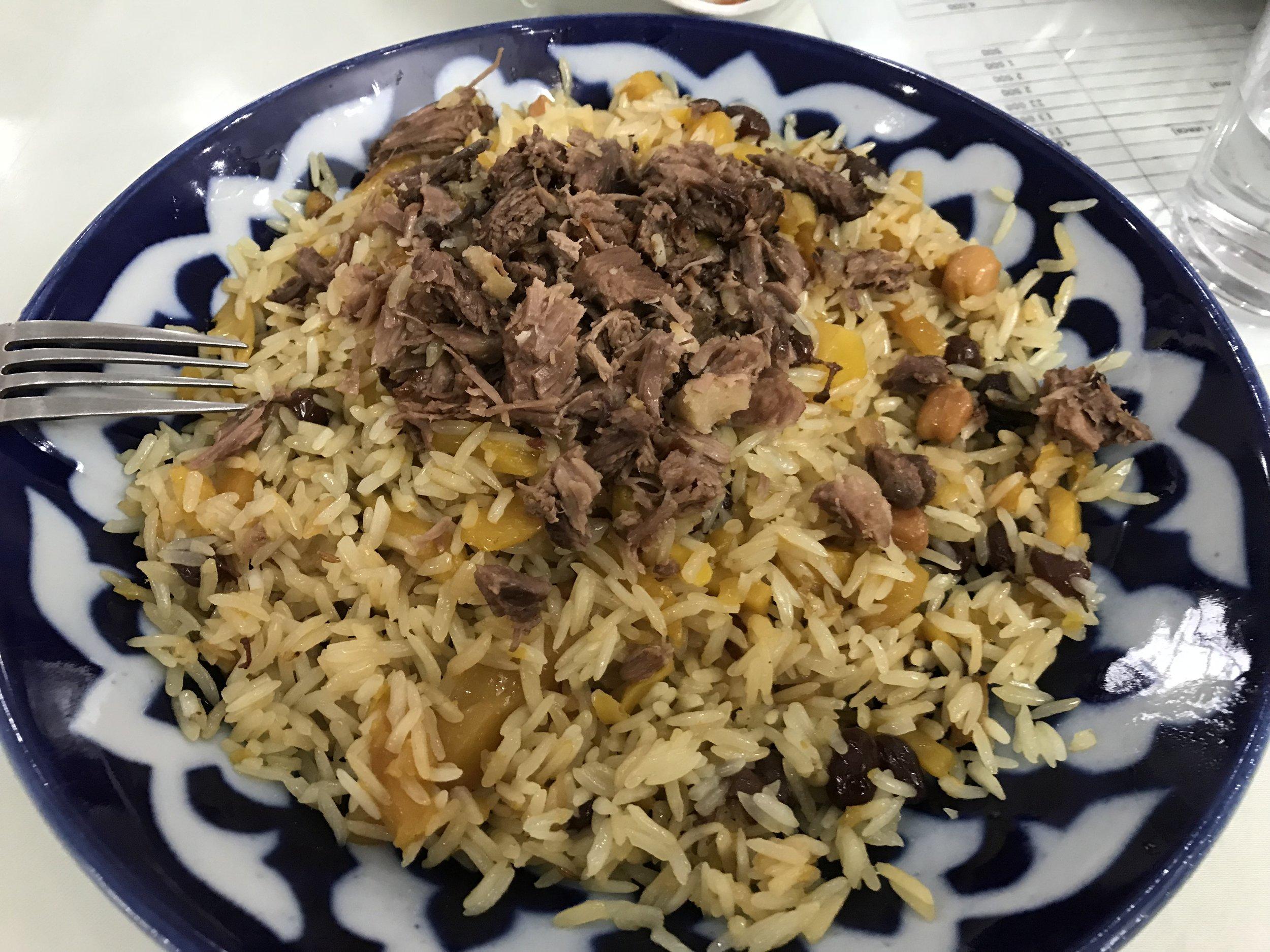 أرز البلو - وهو عبارة عن أرز محلي مع اللحم والجزر والقليل من الزبيب، وبعض المكونات الأخرى التي تختلف من منطقة لأخرى في أوزباكستان