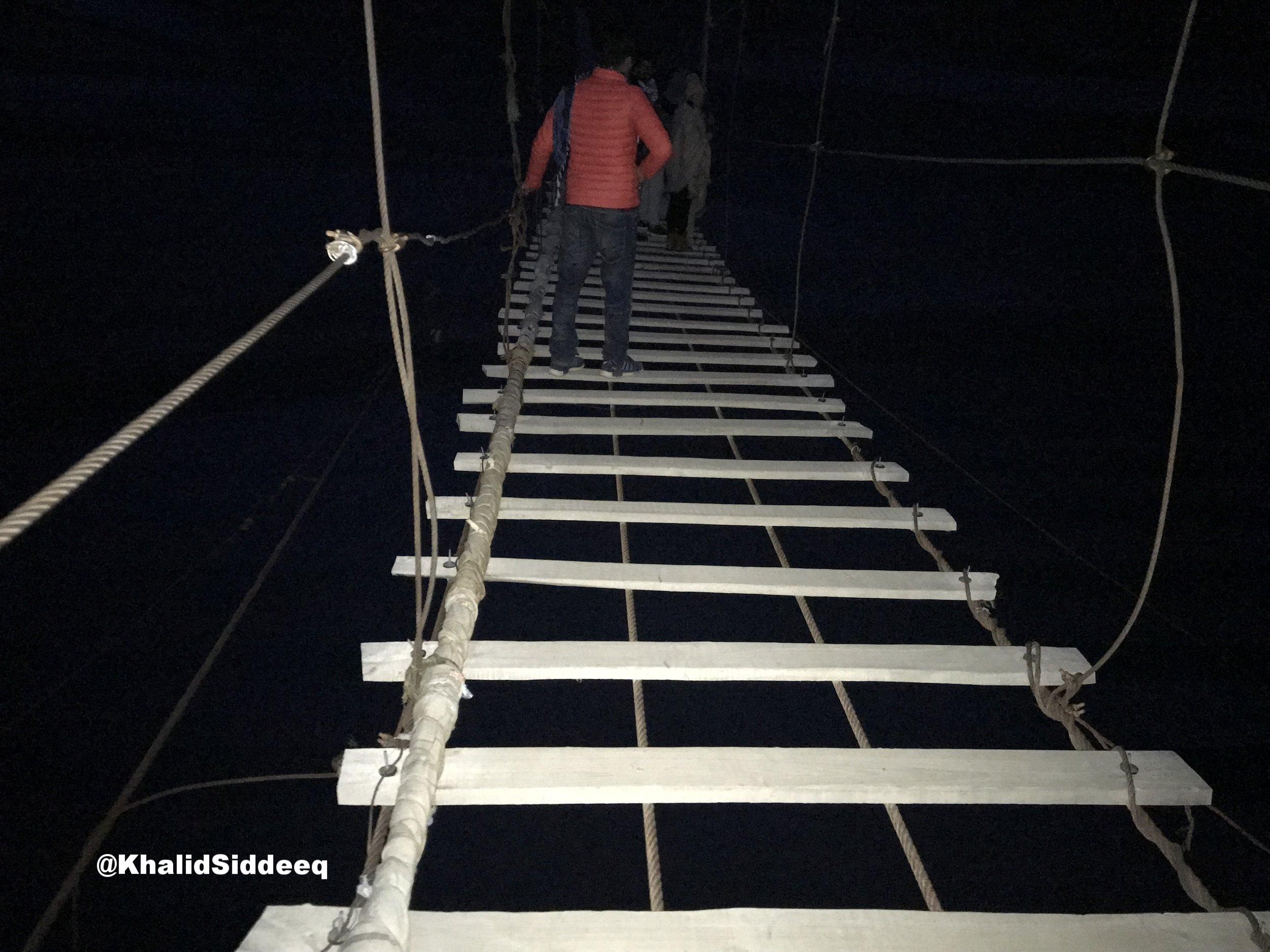 أعلى جسر خشبي في العالم - تخيل أن تسير على جسر خشبي هو الأخطر والأعلى في العالم، ليلاً، وفي أجواء باردة، وتقوم بالتصوير أيضاً