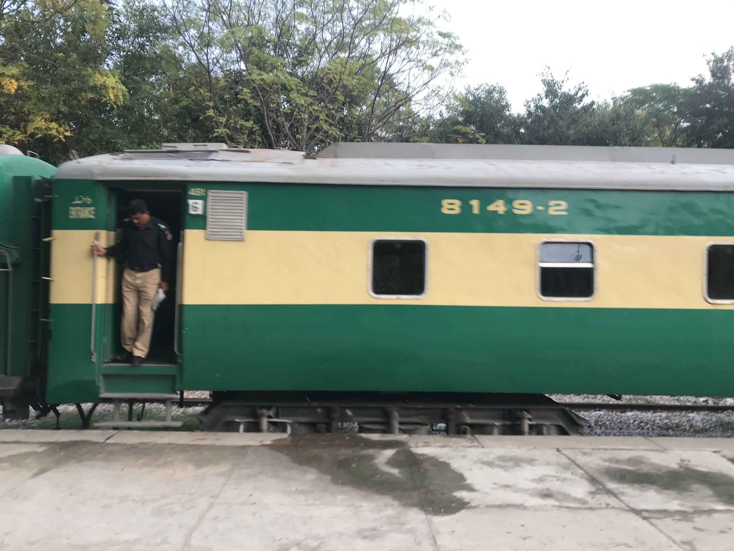 قد لا تبدو قطارات باكستان حديثة وفاخرة، ولكنها تؤدي الغرض