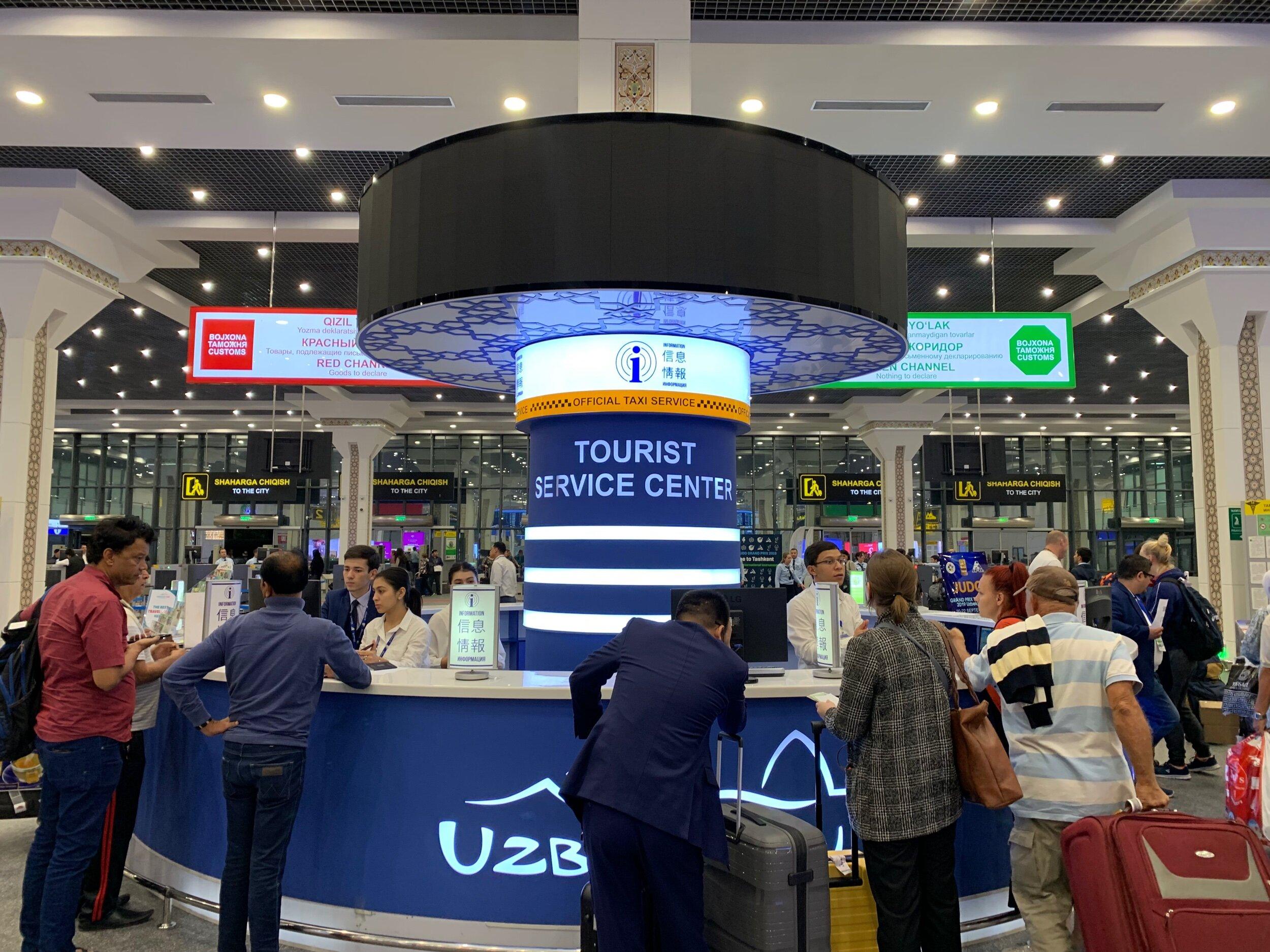 مكتب لخدمة السياح - في صالة استلام الأمتعة بمطار طشقند الدولي