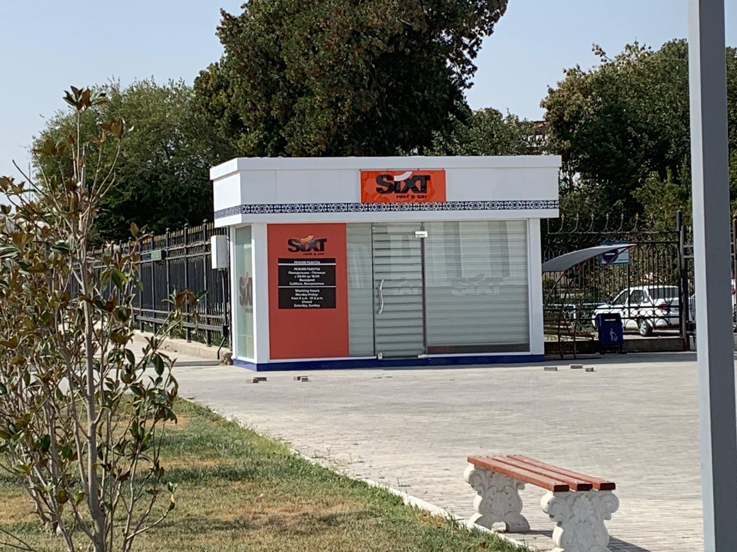تأجير السيارات - من إحدى الشركات العالمية المتواجد في محطة قطار مدينة بخارى