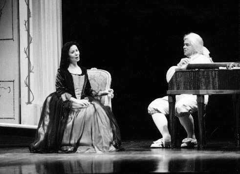 Maria Jette als Constanze; Robert Moore als Mozarts Geist