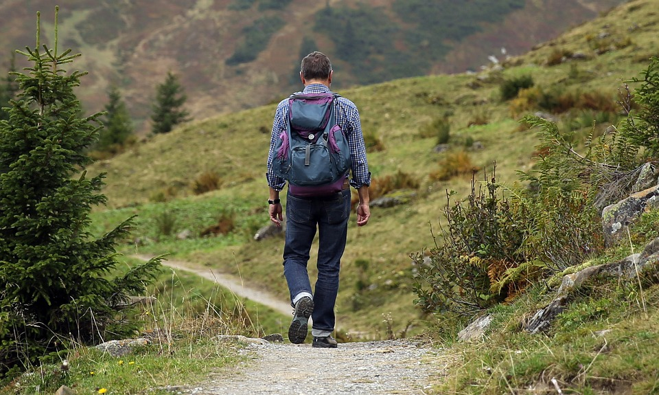 ....     Jeder ist mit seinem Rucksack unterwegs    ..    Each person carries his own backpack on the path of life   ....