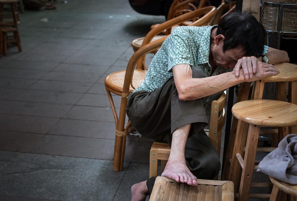 ....   Ein Mann verliert sein Haus - wer will ihm helfen ?    ..    A man loses his house – who will help him? Ein Mann verliert sein Haus - wer will ihm helfen ?   ....