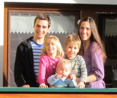 .... Ramon* und Daniela*  mit ihrem Nachwuchs ..      Ramon* and Daniela* with their children     ....