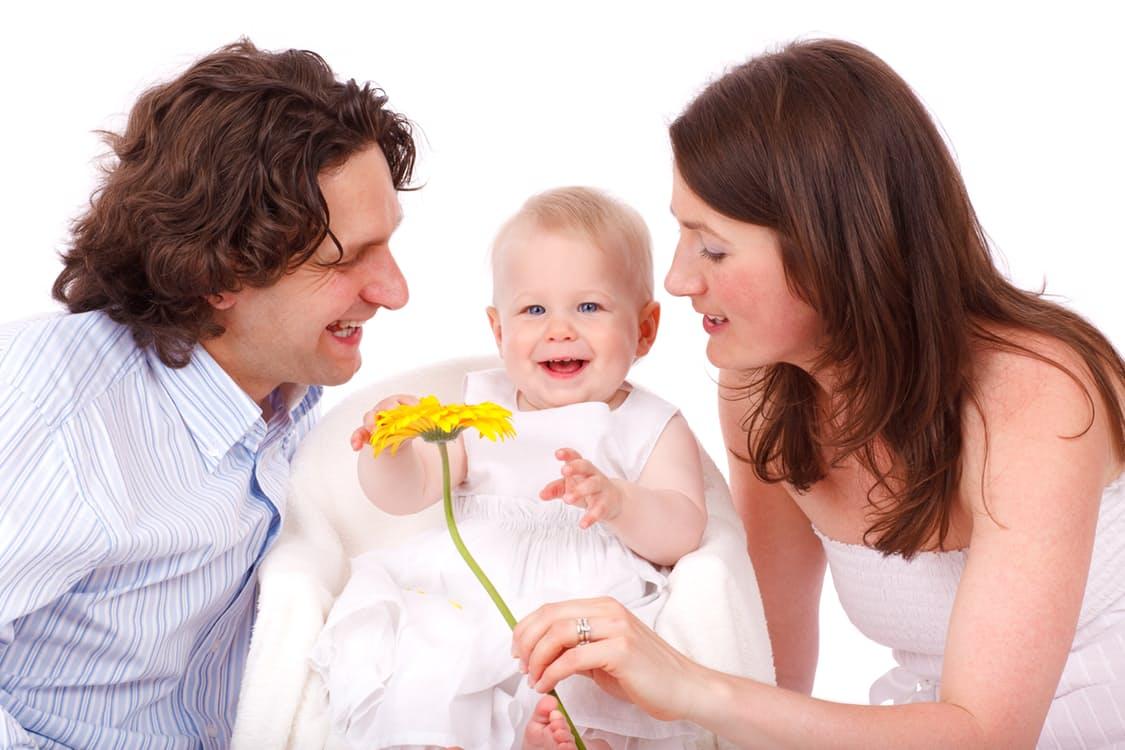 Es ist vorteilhaft, auf eine glückliche gemeinsame Zeit zurückblicken zu können, denn Kinder verändern die Werte der neuen Mutter, was auch für den Vater zu einer Herausforderung werden kann.