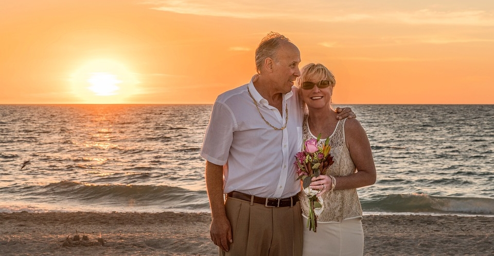 Es ist schön mitanzusehen, wie ältere Ehepaare Hand in Hand spazieren und zusammen glücklich sind. Sie haben ein Geheimnis gemein. Bei ihnen funktioniert die Liebe. Zufall ? oder vielleicht Interesse an freimachender Wahrheit und reifender Weisheit.