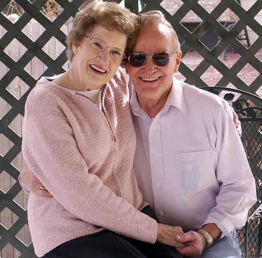 Ist es nicht eine spezielle Freude, ältere Ehepaare so glücklich zu sehen ? Sie haben es 'geschafft', einander glücklich zu machen. Gott sei Dank. Sie müssen - bewusst oder unbewusst - emotional intelligent sein.