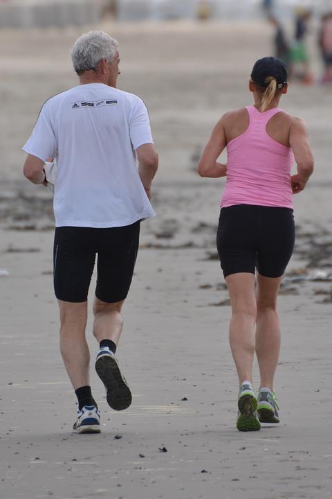 Gerade Bewegung, sagen wir mindestens 5000 Schritte pro Tag, haben einen enorm positiven Einfluss auf die Gesundheit. 2-3 mal Joggen als Intervall-Training pro Woche lässt Sie jung und kräftig bleiben...