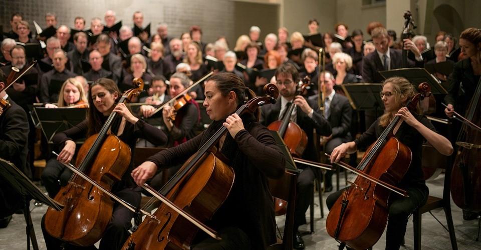 Klassische Musik hat normalerweise einen erwiesenermassen positiven Einfluss auf unser Gehirn, unsere Gefühlswelt und unsere Balance. Wer das Vorrecht hat ein Instrument zu spielen, möglichst schon im Kindesalter, der hat prinzipielle Vorteile.