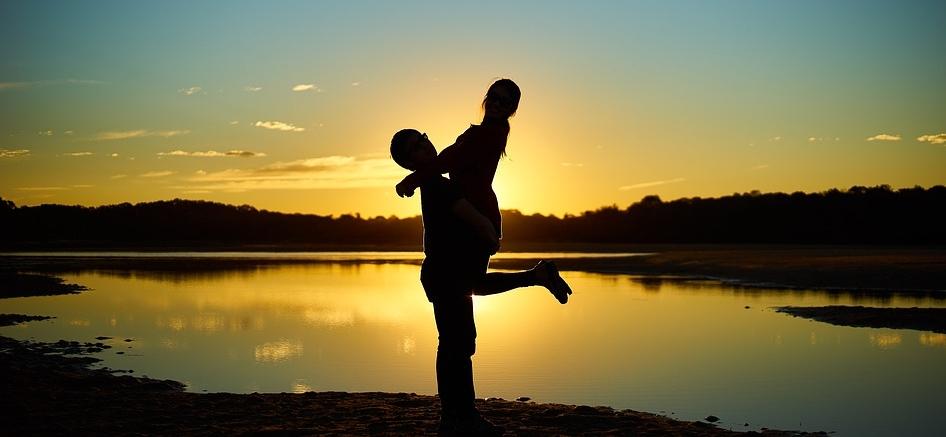 Die Partnerwahl sollte nicht einfach nur Romantik pur sein. Diese Wahl ist, wenn man es verantwortungsvoll angehen will, eine schwerwiegende, einmalige Wahl. Um den besten Match herauszufinden, muss man als erstes sich selber gut kennen. Tut mir leid, das klingt etwas altmodisch, aber es hat sich bewährt.