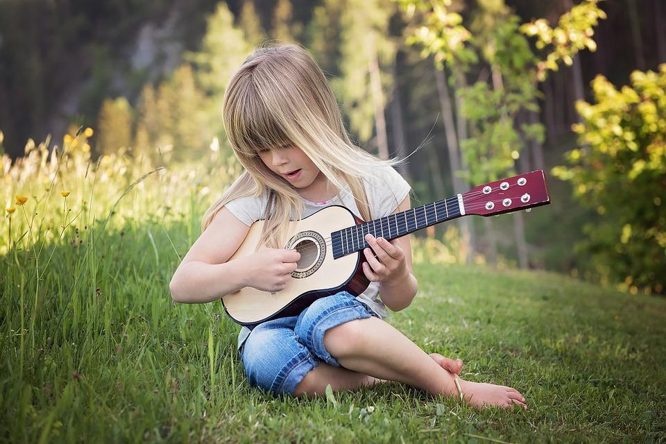 Kinder jeder Temperaments-Tendenz können in die Welt der Musik eingeführt werden. Die Klangwelt, Konzentration, Genauigkeit, Vorspiel und Erfolgserlebnisse fördern das Kind ganzheitlich.