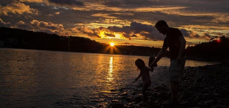 Für jedes Kind ist die Zweisamkeit mit dem Vater immer etwas Besonderes. Schliesslich denkt und fühlt er ja anders als die Mutter. In dieser Liebessprache lernt das Kind diese zwei Denk- und Fühlsysteme kennen, was für eine spätere Partnerschaft grosse Vorteile zeigen wird.