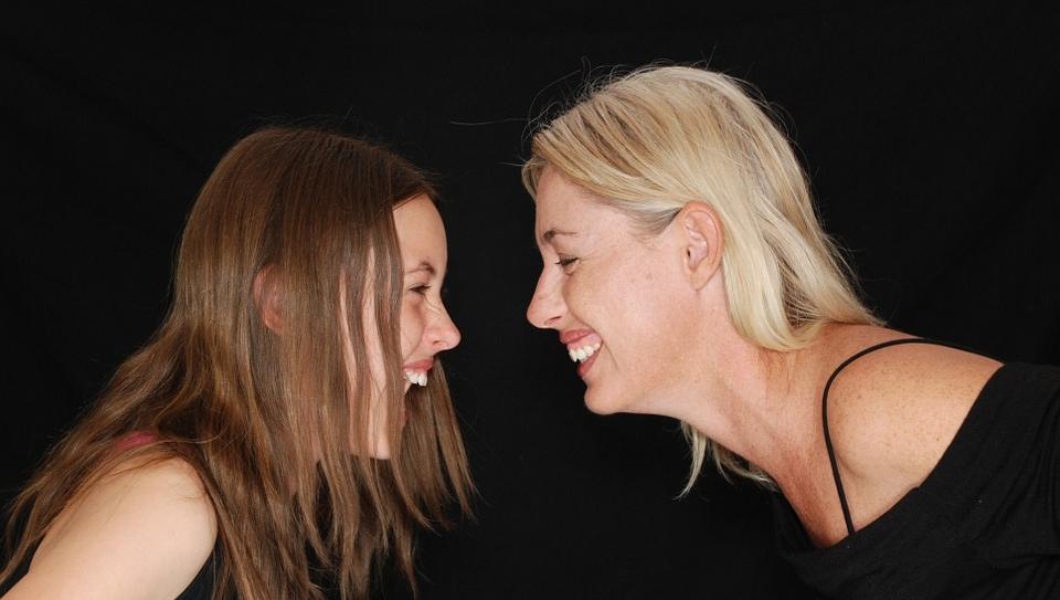 Können Sie sich an Ihre eigenen Mutter-Tochter-Gespräche erinnern ? Wir Männer können auch mit unseren Jungs tolle Gespräche haben, aber ganz so wie die Damen gelingt es uns meist nicht, oder ?