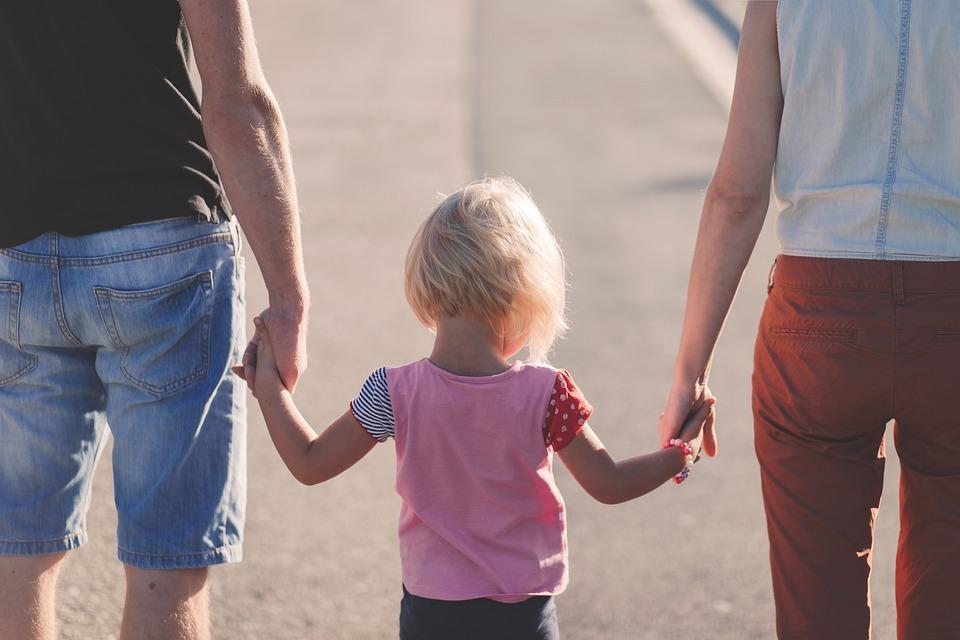 Eltern sind die wichtigsten Vorbilder für das Kind. Wohin sie gehen, da geht das Kind auch. Die ganzen Werte werden vorerst übertragen, bis das Kind dann seine eigenen entwickelt. Gelingt es den Eltern, gute Vorbilder zu sein, dann wird der grösste Teil der Prinzipien übernommen werden.