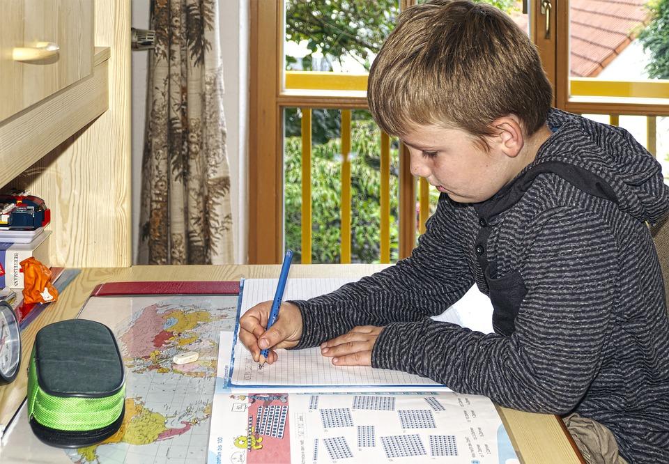 Gerade die Hilfe bei den Hausaufgaben ist eine grosse Chance für beide Elternteile. Da braucht das Kind echte Unterstützung. Wird diese Hilfe geduldig und dienstbereit ausgeführt, wird jedes Kind Liebe spüren können.