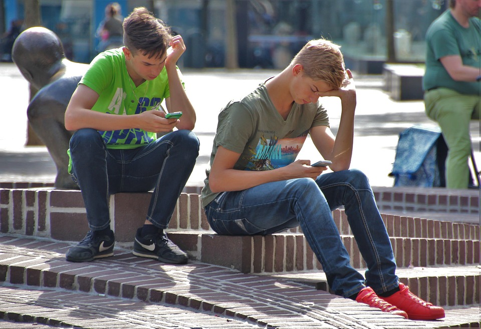 Teenagers sind in einer kritischen Entwicklungsphase. Viel Unsicherheit und Ängste produzieren Aggressionen. Soziale Instabilität, unterstützt durch übermässigen Medienkonsum, zeigt oft deutlich soziale Inkompetenz auf.