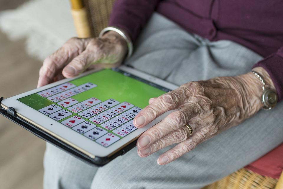 ....    Manchmal überraschen uns auch ältere Generationen. Für sie sind solche Spielereien förderlich fürs Gehirn. Auch Schachspielen hält 'jung' in diesem Alter!    ..    Sometimes the older generation surprises us. Playing chess and other games is like fitness for brains and can keep older brains young.    ....