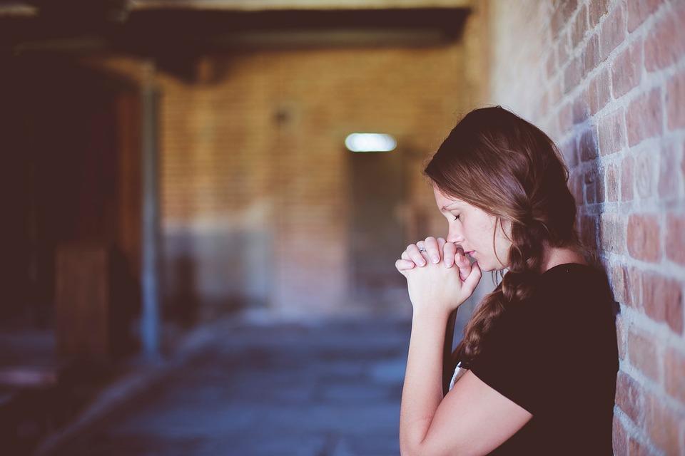 ....    Viele Menschen beten nur im allergrössten Notfall, dann, wenn es keinen anderen Ausweg mehr gibt. Das ist eigentlich schade. Da liegt viel mehr drin, weil unser Gott uns direkt einlädt, doch mit Ihm in Kontakt zu treten und ER es verspricht, uns dafür zu belohnen. Segnen heisst das in der Bibel. An Gottes Segen ist alles gelegen.    ..    Many people pray only in a dire emergency, when there's no other way out. That's sad. We could have so much more. God invites us to come directly to Him. He promises to reward us when we do. In the Bible, that's called a blessing. That's the best key.   ....