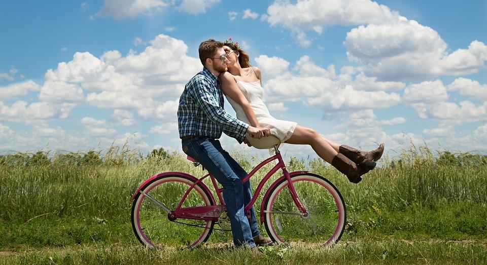 ....    Viele denken bei Liebe nur an schöne Gefühle und Romantik. Das darf natürlich auch dabei sein. Aber sie sind in einer reifen Liebe das Produkt. Zuerst kommen weise Entscheidungen, Werte und Prinzipien, Qualität sozusagen, auf denen die Handlungen aufgebaut sind. Daraus entstehen dann die reifen Gefühle, die beständig und nicht aus Kompensation der eigenen Einsamkeit hervorgerufen worden sind.    ..    Many equate love with warm feelings and romance, and these should, of course, be part of the package. However, in a mature love relationship, they are the product, not the motor. Wise decisions, values and principles are the qualities upon which our actions must be based in order to foster an environment where mature feelings can be nurtured. These feelings are not the basis for a solid relationship, but the product of it. These mature feelings are not caused by our own loneliness or our damaged past.   ....