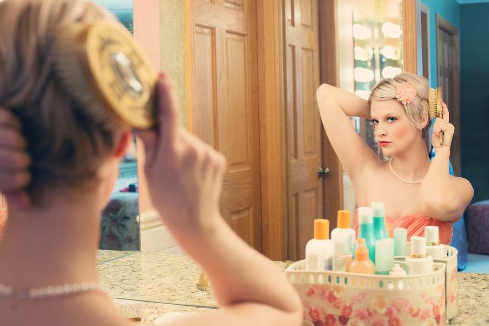 """....   Die Sache mit dem Spiegel.    Wer Minderwertigkeitsgefühle hat, neigt dazu, nicht gerne vor dem Spiegel zu sein. Wer mit sich selbst im Reinen ist, hat keine Mühe damit. Wer narzisstische Tendenzen hat, muss ständig vor dem Spiegel stehen.    Versuchen Sie es doch selbst einmal. Was bedeutet es für Sie, sich im Spiegel bewusst anzuschauen und sich selbst """"Hallo!"""" zu sagen und einen guten Tag zu wünschen? Das hört sich einfacher an, als es tatsächlich ist!   ..   Mirror, mirror on the wall.    People with feelings of inferiority tend to avoid mirrors. Those who are at peace with themselves are not stressed by them. People with narcissistic tendencies enjoy standing in front of the mirror and do it more than others.    Try it sometime. How would it feel to look yourself in the mirror and wish yourself a nice day? It sounds easier than it is!   ...."""