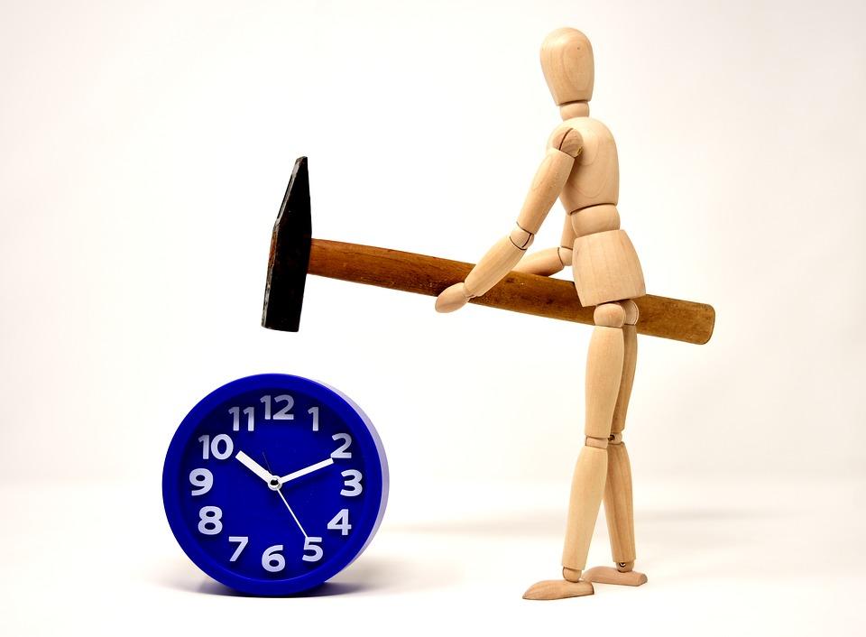 ....   Die Zeit, unser wertvollstes Gut. Was machen wir damit ? Schlagen wir sie einfach zu Tode ? Wär doch schade !   ..   Time is our most valuable asset. What do we do with it? Do we just kill it? Wouldn't that be a shame?   ....