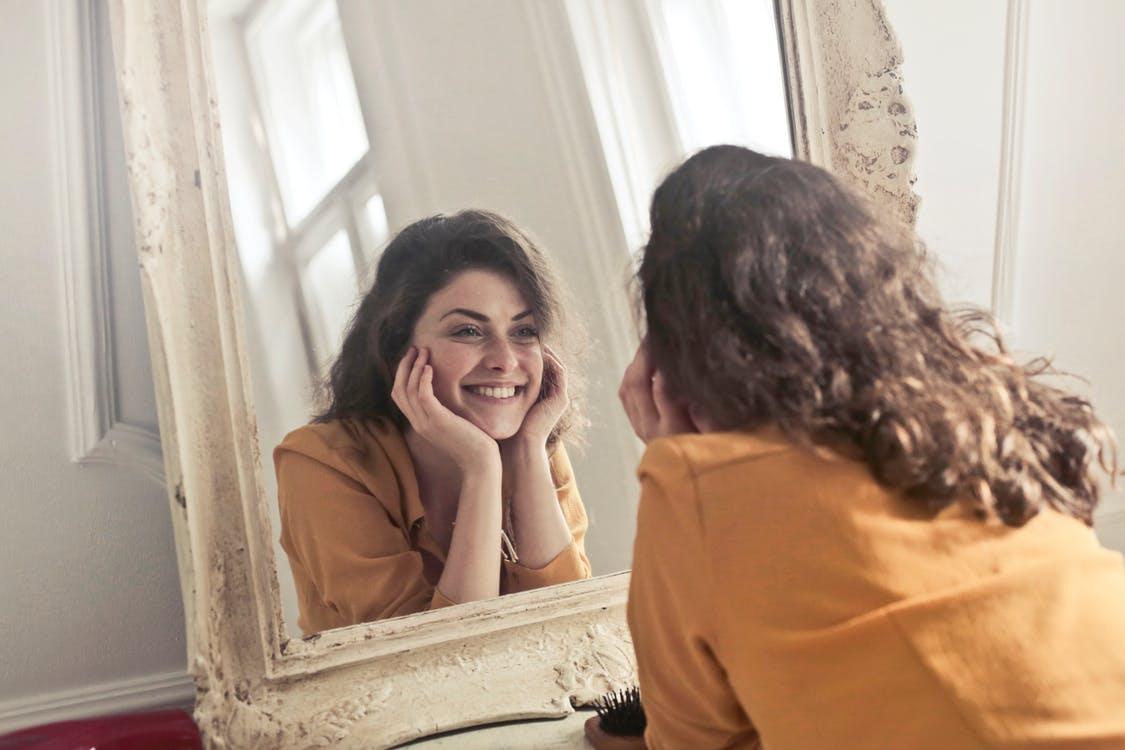 """....   Wunderbar, wer sich so im Spiegel anlächeln kann! Auf die Frage: """"Wer bin ich?"""" haben nicht viele eine Antwort, mit der sie vor dem Spiegel so fröhlich sein können. Vielleicht liegt das an den Selbstlügen, die ihnen das Leben unbewusst schwer machen. Das darf doch nicht sein! In diesem Blog soll eine wichtige Selbstlüge - der Perfektionismus - beschrieben werden.   ..   It's wonderful to be able to smile at yourself in the mirror! Not many who are confronted with the question """"Who am I?"""" have an answer that makes them smile. Maybe that's because of the lies they subconsciously believe that make their lives difficult. That's a situation we would like to change. The theme of this blog is just such a lie – perfectionism.   ...."""