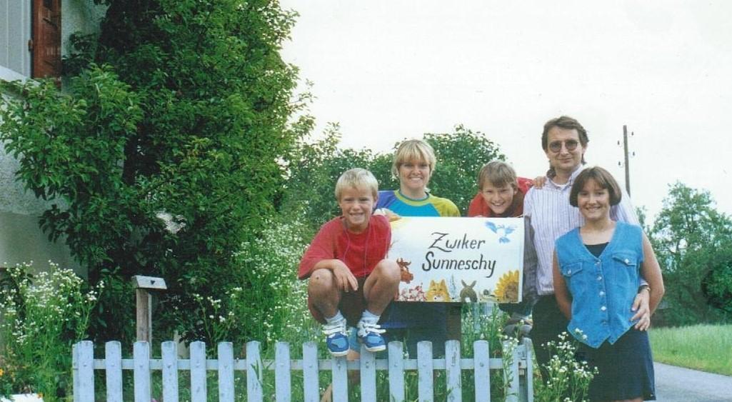 ....   1996 - vor unserem soeben gekauften Haus. Vlnr Jeremy (6), Terri, Jesse (8), Ernst, Jenny (10)   ..   1996 – in front of our new home. Left to right: Jeremy (6), Terri, Jesse (8), Ernst, Jenny (10)   ....