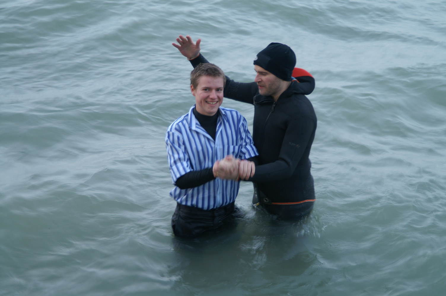 ....   Im folgenden Januar waren auch Jeremy und Jesse bereit.   ..   The icy cold waters of the Lake of Constance could not deter Jesse and Jeremy from getting baptised the following January!   ....