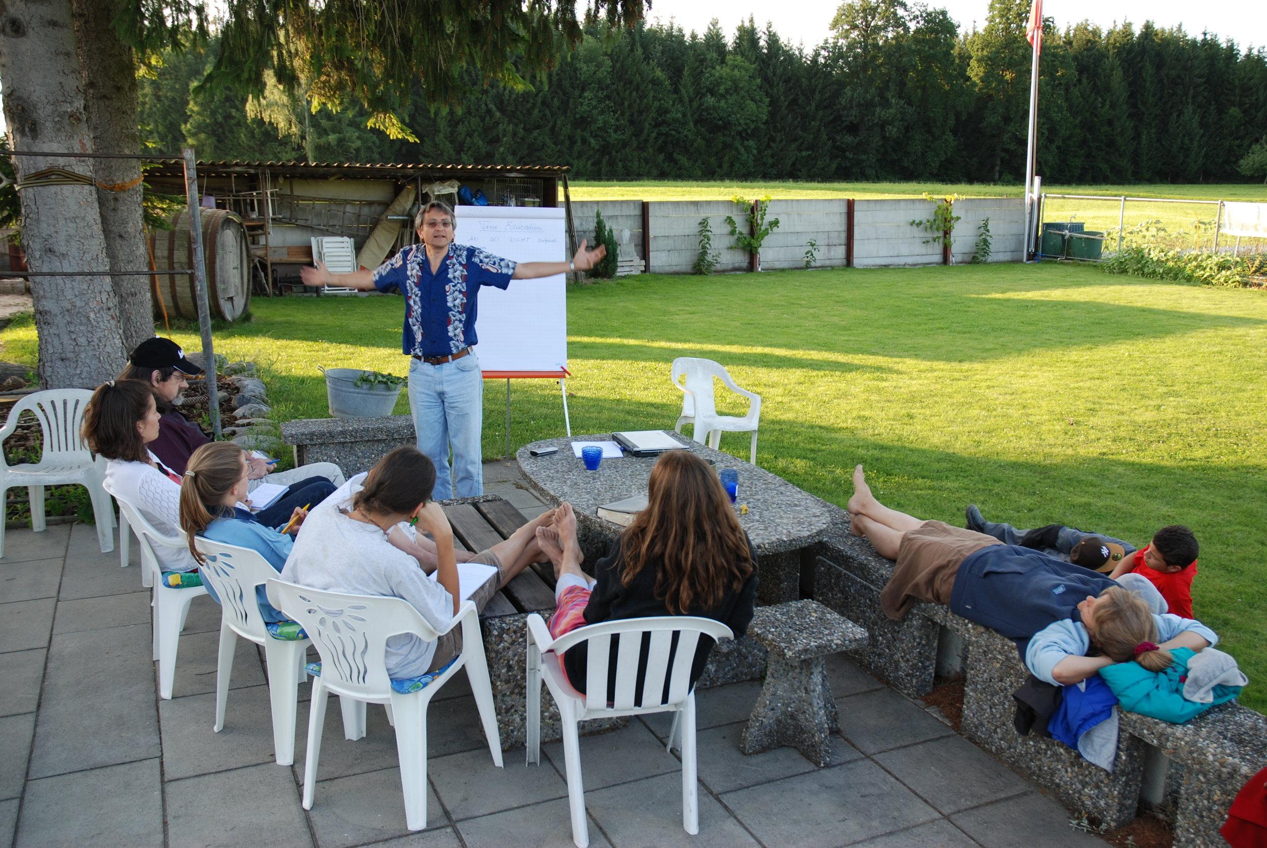 ....   Ernst unterrichtet 'Gesundheit ganzheitlich' in unserem Garten   ..   Ernst teaching health evangelism in our backyard   ....