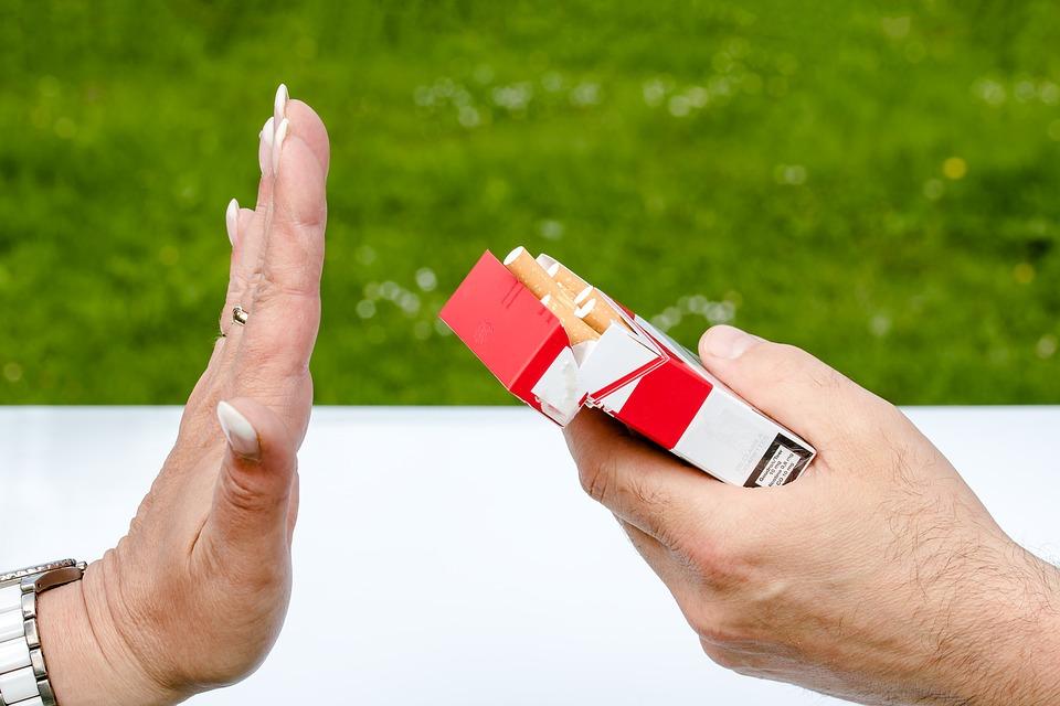 """....   Für einen Nichtraucher ist es einfach, diesem Angebot mit NEIN Danke zu antworten. Für Jugendliche, die nicht so recht wissen, wohin die Lebensreise geht, ist es schon schwieriger. Gründe wie """"Ich möchte mich nicht zerstören!"""" oder """"Damit verursache ich langfristig Probleme!"""" sind wichtige Gründe, auf entsprechende Angebote zu verzichten.   ..   Non-smokers have no trouble saying NO to this offer. For young people, who are still discovering where their voyage in life might take them, the decision is not so easy. Thoughts like """"I don't want to destroy myself!"""" or """"That might cause me trouble in the long term,"""" could carry enough weight to help them reject certain offers.   ...."""