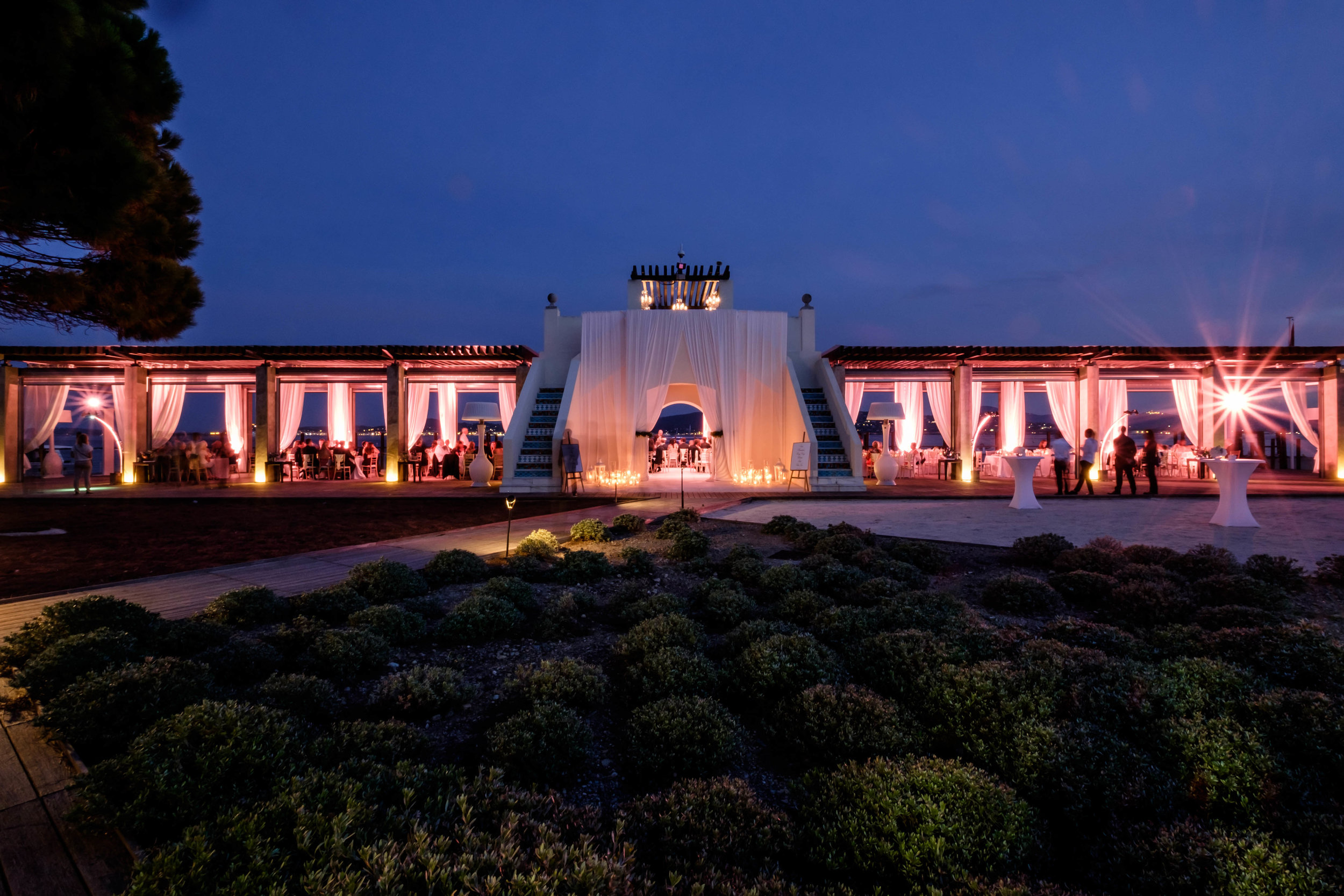 Le Beauvallon Rotunda at Night.jpg