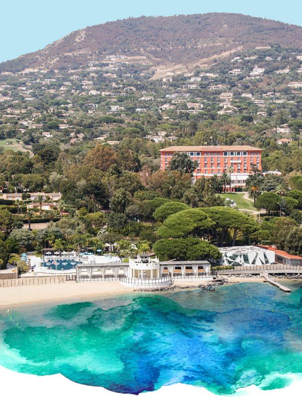 Le Beach Club - Alors que le jardin se déploie vers les eaux bleu azur de la Baie de Saint-Tropez, les clients ont juste à traverser un tunnel privé pour arriver au Beach Club, l'endroit parfait pour savourer la splendeur des étés de la Riviera.Installée au milieu d'un paysage luxuriant faisant face à la baie de Saint-Tropez, une belle piscine stylisée côtoie les eaux transparentes de la plage de sable fin. Au cœur du Beach-Club se dresse le pavillon d'été conçu par l'architecte japonais Toyo Ito et Cecil Balmond, lauréat du prix Pritzker.