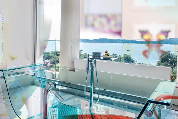Hôtel Particulier - En juin, juillet et août, Le Beauvallon devient un hôtel particulier avec des suites individuelles disponibles à la réservation.Chacune de nos suites a été décoré individuellement et toutes offrent une vue magique, conçues pour respirer le luxe et l'élégance, synonymes de la Côte d'Azur.