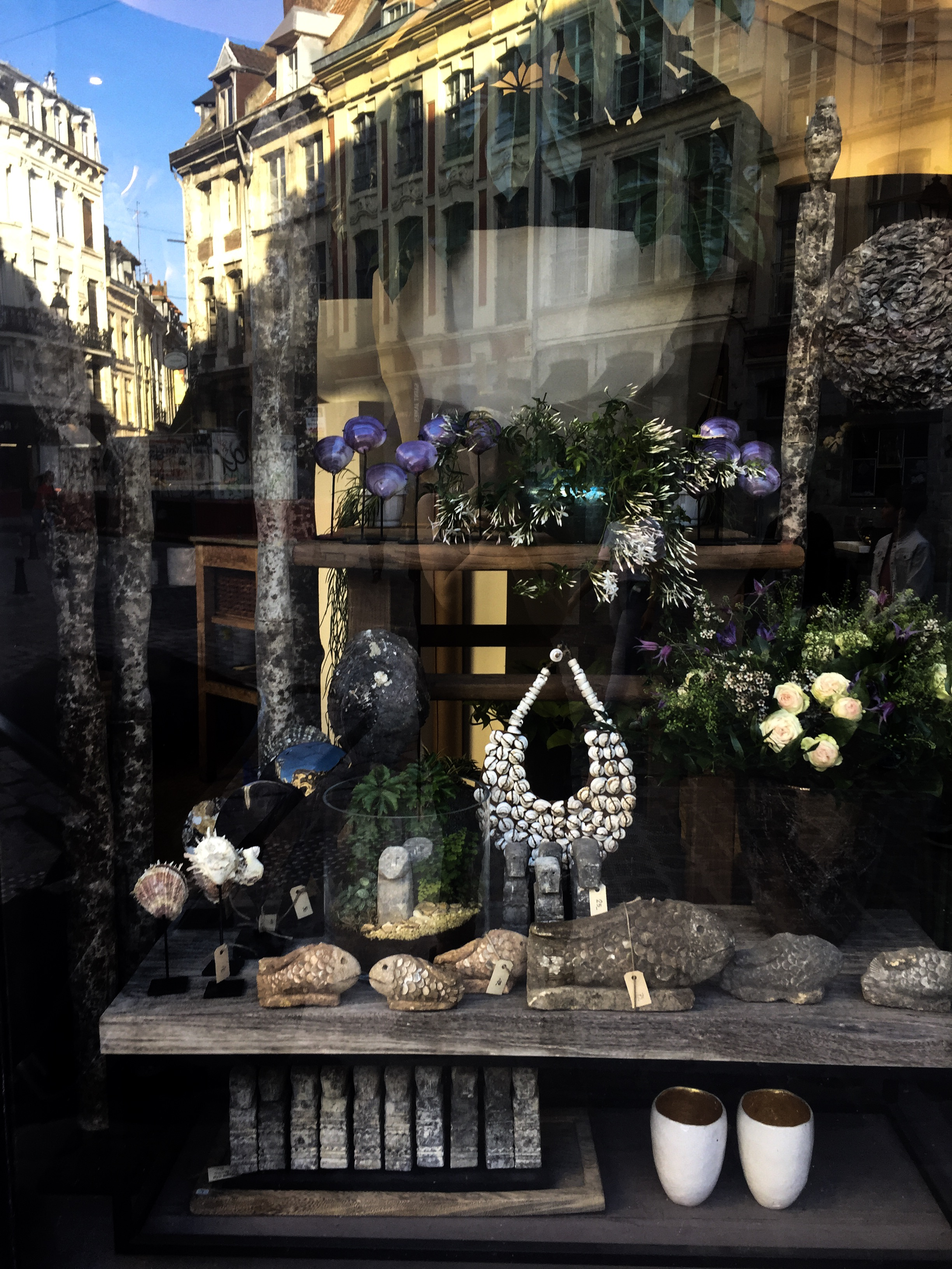 Green - This isn't so much a decoration shop but a beautiful florist that also provides items for your interiors. It is probably one of the most breath-taking florist in Lille. Just taking a peak throw the high windows will take you to another world. Amongst the plants you will find African necklaces made of beads and bobbles covered in seashells carefully displayed under bell-glasses:Although the shop owner isn't particularly engaging, the shop is well worth a visit.