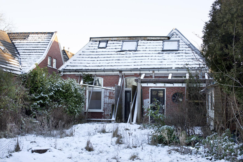 Dit is het huis van de buren van Koos. Ooit woonde hier een gezin met 2 kinderen. Het huis werd te gevaarlijk om in te wonen. Na een lange en trage procedure van jaren zijn ze vertrokken.