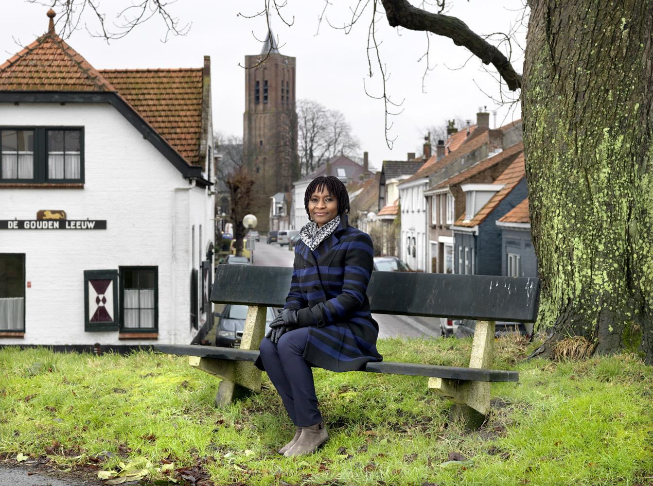 Blaise op de dijk recht voor haar huis. Hier was ook de bushalte waar zij elkaar hebben ontmoet.