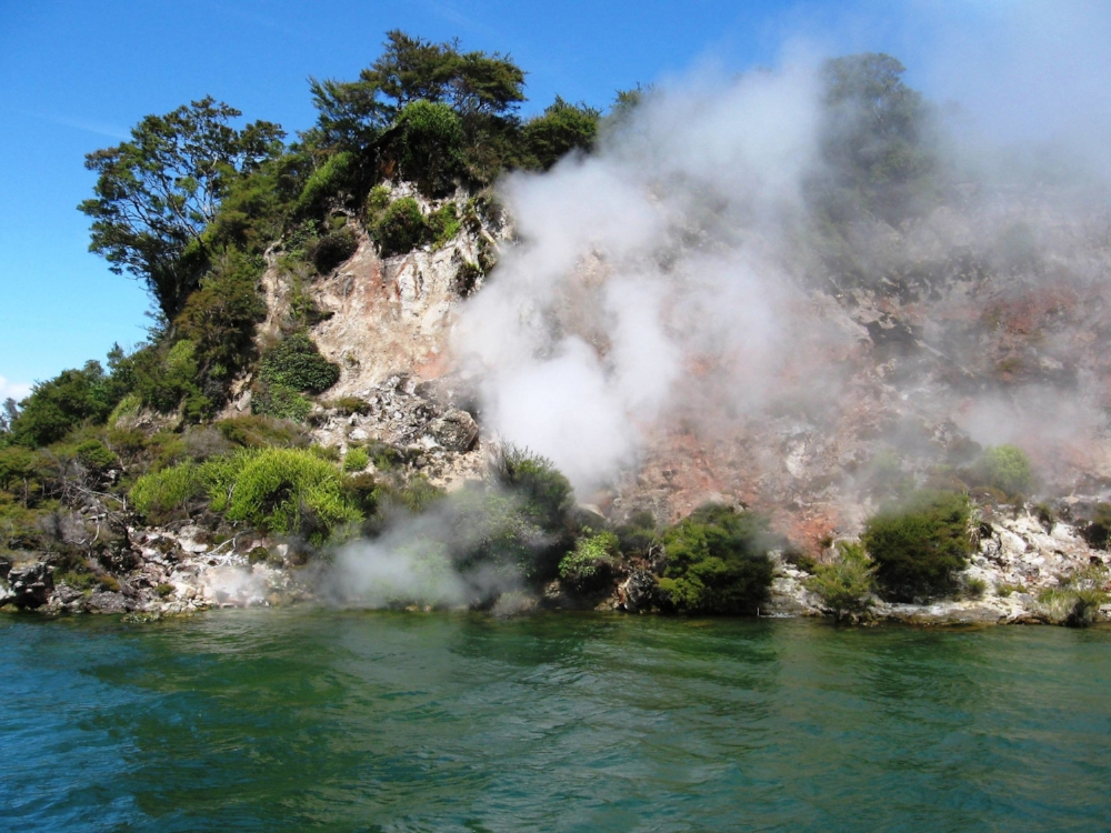 Lake_Rotomahana_wall_steam.jpg