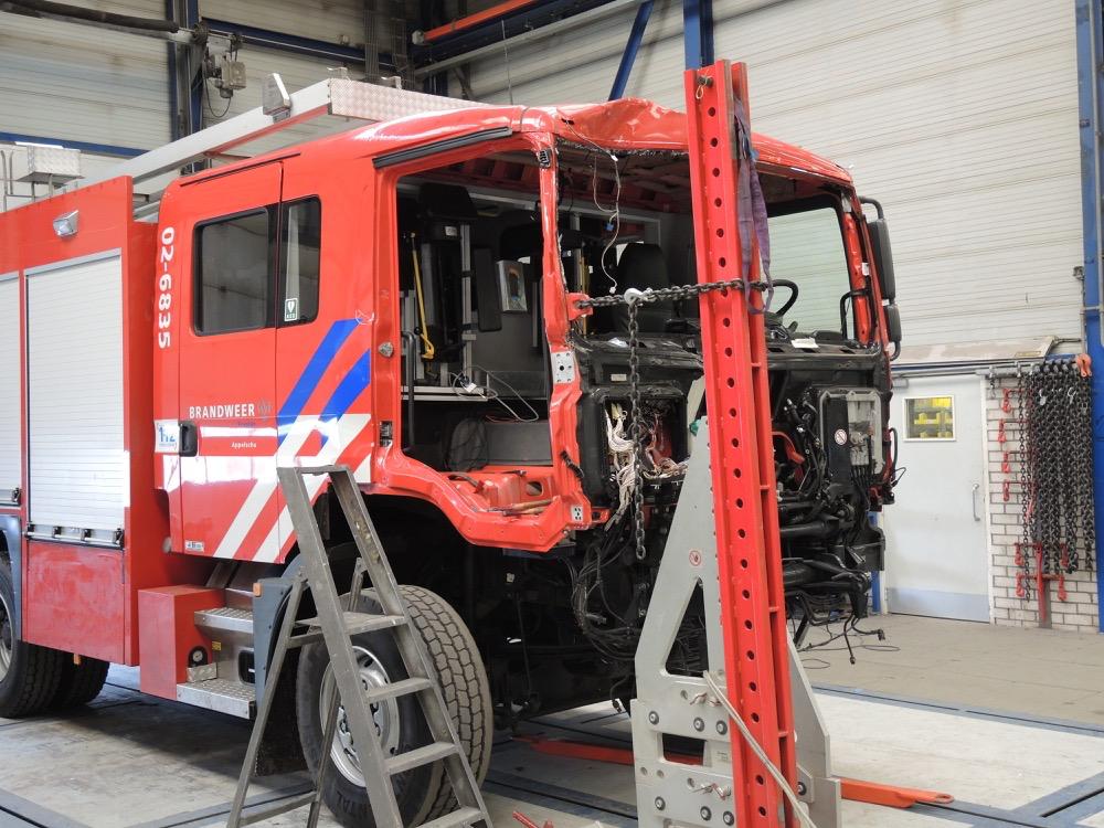 Brandweerwagen met cabineschade staat op de richtbank