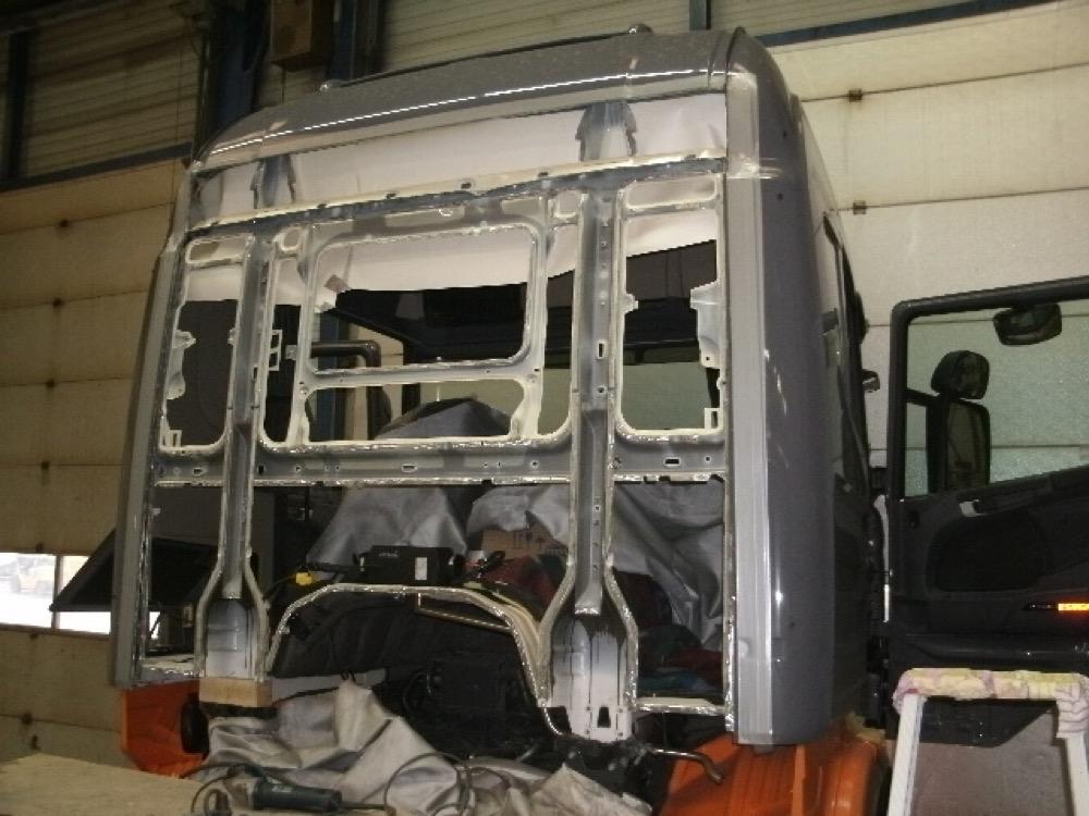 cabine is gestript voor reparatie en vervanging plaatdelen