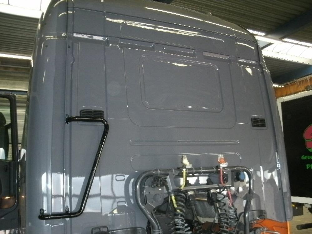 Cabine opnieuw opgebouwd, voorzien van nieuw plaatwerk, in kleur gespoten
