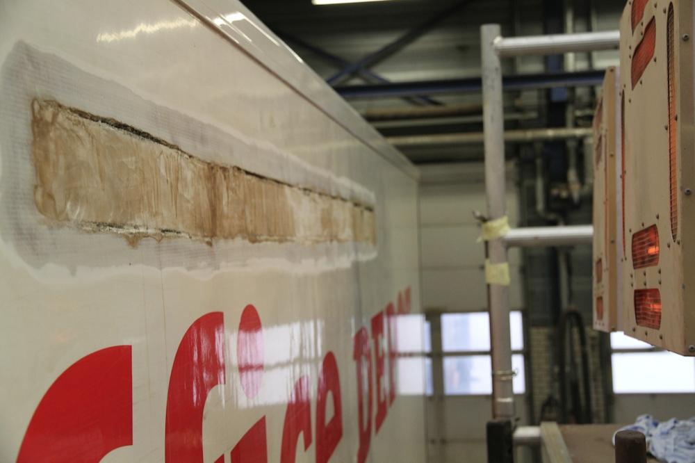carrosserieschade aan plywood wand