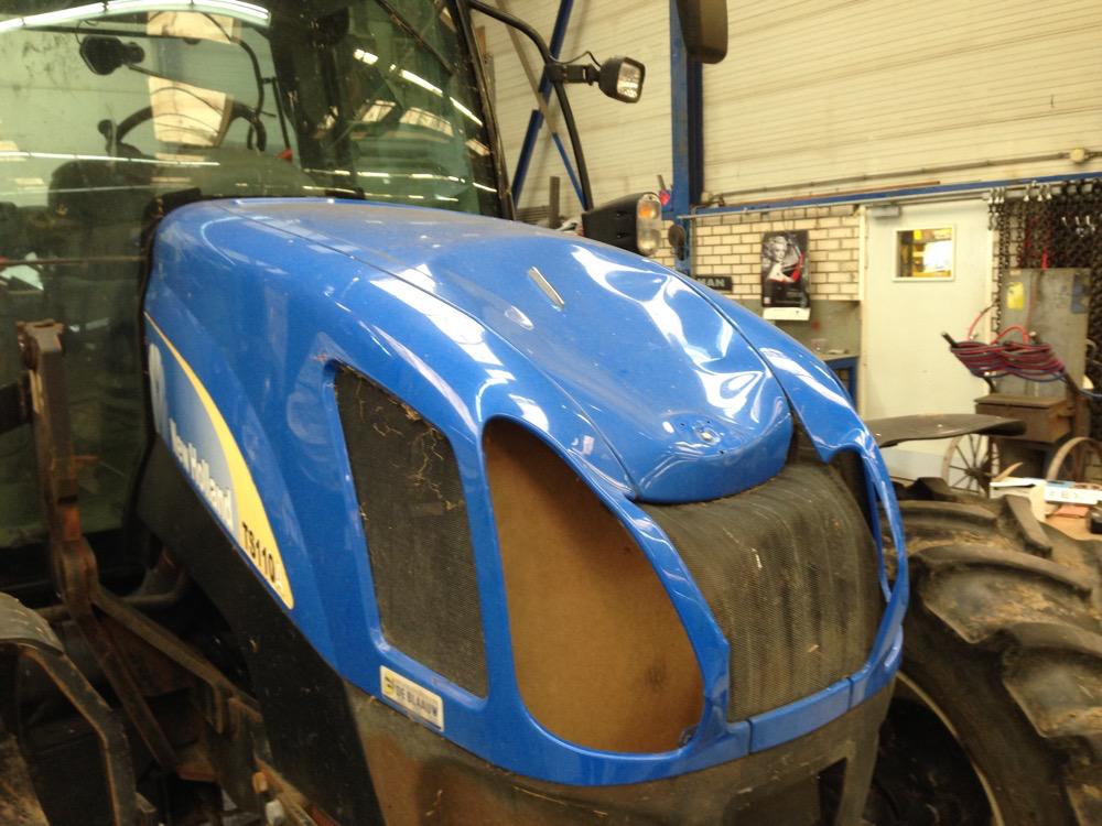 Beschadigde motorkap van trekker, landbouwvoertuig - voor reparatie