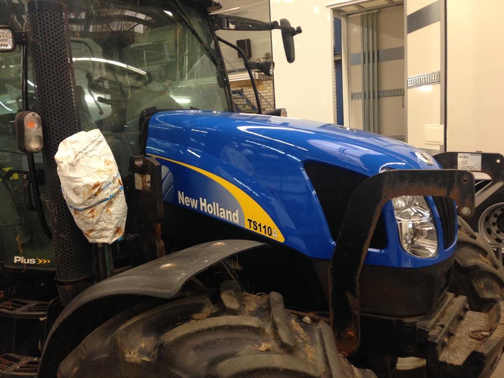 Als nieuw: de motorkap van de tractor na reparatie