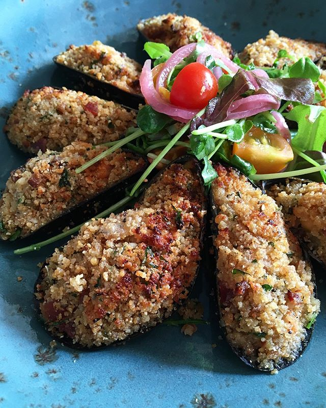 Stuffed Mussels! Bacon, garlic, parmesan, herbs, breadcrumbs, alll of the things 🤤