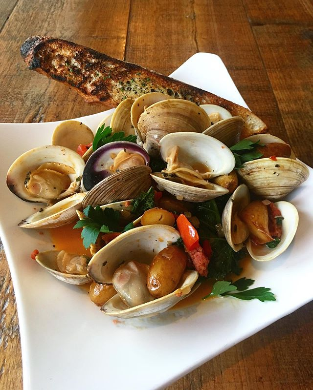 Beautiful Steamed Clams dish for you tonight! Bring on ALL the broth and ALL the bread. It's just that kind of night! 🌧✨ #shellfish #clams #broth #toastedbread #chorizo #seafoodlove #seafood #kale #fresh #cleanfood