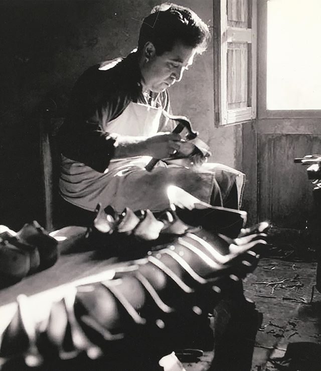 no #cutecats, just a well lit Spanish #shoemaker cerca 1953